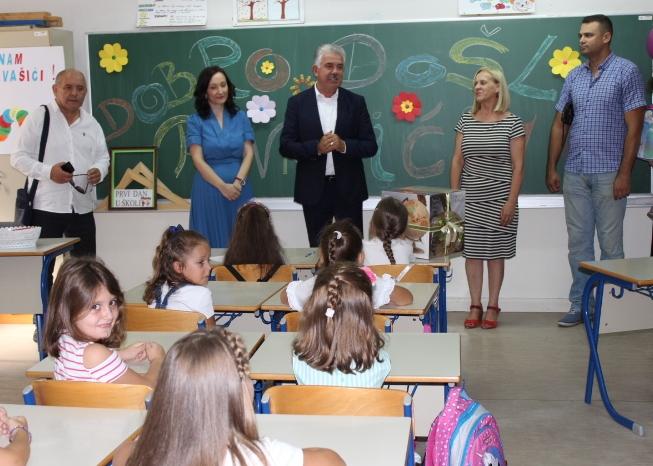 MOSTAR: Povodom početka školske godine Nevenko Herceg posjetio OŠ ...